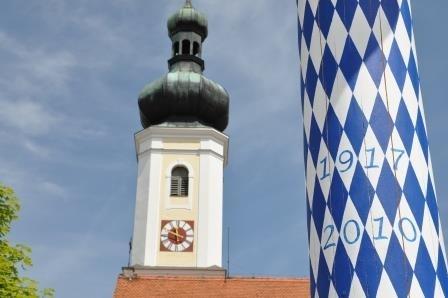 die Kirche und der Dorfplatz befinden sich ganz in der Nähe