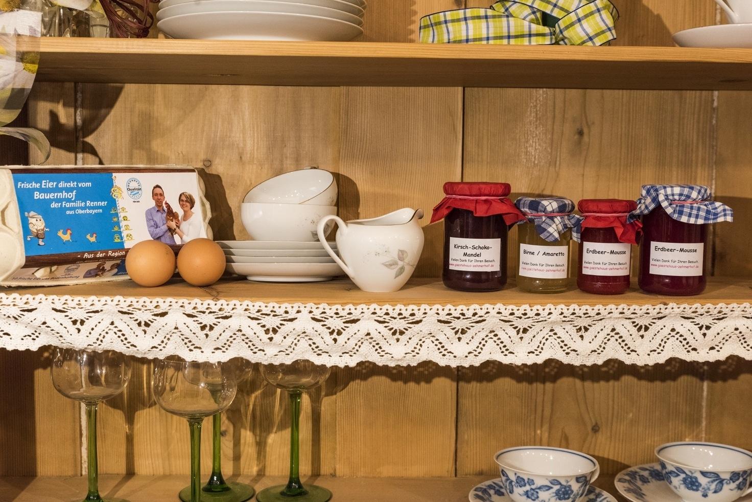 selbstgemachte Marmelade und frische Eier vom eigenen Hof
